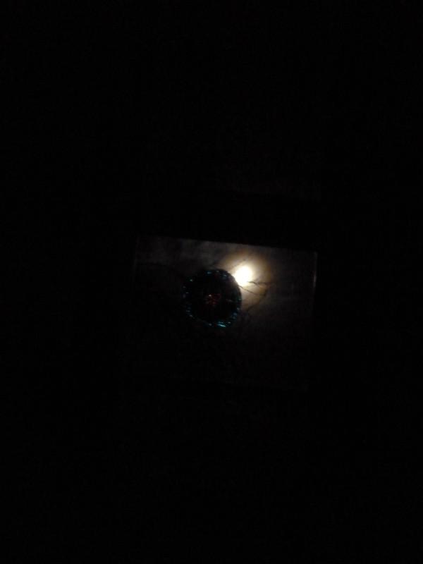 Der Mond scheint durch das Fenster im Pfarrhaus
